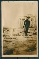 GREECE GRECE ATHENS ATHENES MAN IN FRONT OF ERECHTEION -G - Grèce