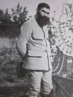 MILITARIA Photographie Photo D'un Militaire Ou Garde Champêtre Barbu Devant Des Tombes Fleuries En 1918 - Guerre, Militaire