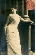 Jeune Femme Drapée - Colonne Antique - Peut-être Une Comédienne - Artistes