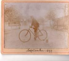 Superbe Photo Originale D´un Jeune Homme Sur Une Bicyclette Plutôt Rudimentaire  (19.5) - Ciclismo