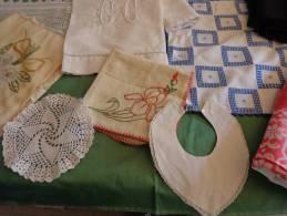Lot De Linge Dentelle Ou Liseret --monogramme-bavoir-nappe-crepe- Pochette Pyjama-napperons-nappe 145x150-rideau - Dentelles Et Tissus