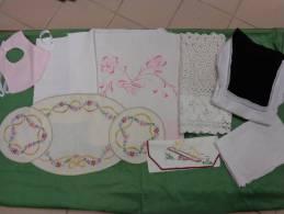 Lot De Linge --monogramme-rideau Idem Robe De Communiante 49x90-1 Ens De 3 Napperon-1 Decor De Cheminee 34x134cm-bavoir - Dentelles Et Tissus