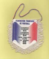 *  Fanion Sportif : Football : FEDERATION  FRANCAISE  DE FOOTBALL  - Voir Les 2 Scans - - Kleding, Souvenirs & Andere