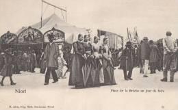 79 NIORT Place De La Brèche Animée  Jour De FOIRE MANEGE Femmes En COIFFE - Niort