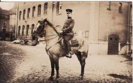 Carte Postale Photo Militaire Allemand -Cavalier à Cheval  Dans Cour Caserne à Situer ? à Localiser ? - - Caserme