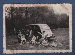PHOTOGRAPHIE D´UN PIQUE NIQUE FAMILIAL DEVANT UNE AUTOMOBILE PEUGEOT 402 COMMERCIALE - 8.7 X 6.1 Cm - Automobile