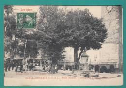04 - BARCELONNETTE - PLACE MANUEL - Départ De L'auto Messagerie   (animée , Commerces, Bar ) Cpa , Richaud Tabac - Barcelonnette