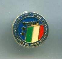 PINS SPORTS FOOTBALL ITALIE FEDERATION ITALIANA GIUOCO CALCIO CAMPIONI DEL MONDO 1934 1938 1982 - Football