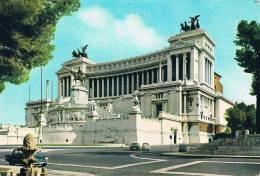 ROMA - Altare Della Patria / Autel (monument) De La Patrie - Voitures : 2 Fiat, 1 Cox VW, 1 Américaine - - Altare Della Patria