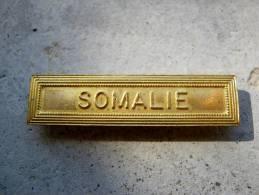 INSIGNE AGRAFE SOMALIE EN ACIER OR POUR MEDAILLES PENDANTES EXCELLENT ETAT