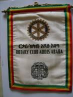 écusson Tissu De Belle Taille, Du Rotary Club De ADDIS ABABA, Chaîne Et Tige Métal Doré, Double Face - Ecussons Tissu
