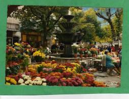 Grasse La Place Aux Aires Sa Fontaine Son Marché Aux Fleurs Carte Animée - Grasse