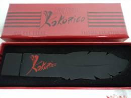 """GAULTIER """" KOKORICO"""" CLE USB PLUME"""" MENTION DE GRATUITE SUR LA BOITE   LIRE  ATTENTIVEMENT & VOIR  !!! - Modern Miniatures (from 1961)"""