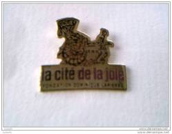 Pin´s - ASSOCIATIONS - La Cité De La Joie - FONDATION  Dominique  LAPIERRE - - Verenigingen