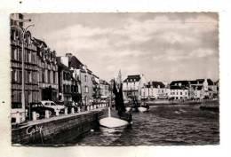 Le Croisic Dans Les Années 50 Vue Sur Les Quais Avec Commerces Et Bateaux De Peche Et Place D'Aiguillon - Le Croisic