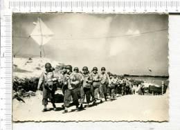 DEBARQUEMENT En NORMANDIE -  Marche D Une Equipe  De Renforts Alliés Le Long D Une Route Française - War 1939-45