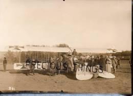 AVIATION  PHOTO. AVIATEUR NAVARRE ET  AVION BOCHE SUR LE TERRAIN DE LA FERME DE ROSNAY DANS LA MARNE.GUERRE 14  18. RARE - Guerre, Militaire