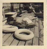 MUJER EN MALLA TOMANDO SOL DE ESPALDAS EN UN MUELLE   CIRCA 1940  PEQUEÑA FOTO 8X10 CM  OHL - Personas Anónimos