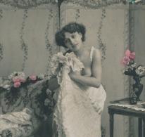 FEMMES - FRAU - LADY - GLAMOUR - Jolie Carte Fantaisie Portrait Jeune Femme En Tenue Légère Se Déshabillant - Femmes