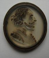 M01543 Verre Gravé Et Noirci Avec Portrait D'homme, Probablement XVIIème Siècle Avec Monture En Cuivre  (6 G.) - Jetons & Médailles