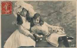 ENFANTS - LITTLE GIRL - MAEDCHEN - Jolie Carte Fantaisie Portrait De Deux Fillettes Assises Sur Un Banc - Portraits