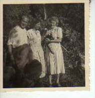 UN HOMBRE Y DOS MUJERES CON UN GATO EN SUS BRAZOS   CIRCA 1940  PEQUEÑA FOTO 8X10 CM  OHL - Anonymous Persons