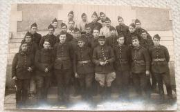 Carte Photo Militaire - Des Soldats Numero 1 Sur Le Képi - Personnages