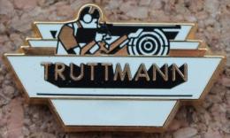 CIBLE - TIREUR - FUSIL - TRUTTMANN  -    (GRENAT) - Badges