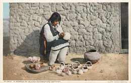 Mai13 719 : Isleta  -  Woman Decorating Pottery - Etats-Unis