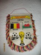 Football - Fanion (tissus) - Coupe Du Monde-1992-Belgique/ Pays De Galles-Wales- Diables Rouges(hel) - Kleding, Souvenirs & Andere