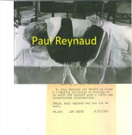 Photo De Presse  18 X 13 Cm  Paul Reynaud Sur Son Lit De Moert - Personnes Identifiées