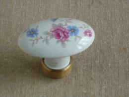 Ancienne poign�e de porte ovale en c�ramique fleurie et embout cuivre. Voir photos.