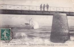 CPA 85 SABLES-D'OLONNE ,Passerelle De La Chaume, Coup De Mer Sur La Jetée Des Sables. - Sables D'Olonne