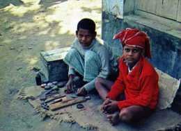 Artisanat Du BENGLADESH Jeunes Cordonniers, Carte Double, Format 15,5x11,5cm - Bangladesh