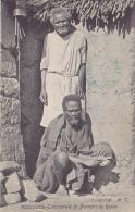 CPA MADAGASCAR TANANARIVE Porteurs Au Repos - Madagascar