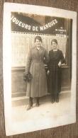 Carte Photo Cafe Avec Deux Jeunes Femmes - Liqueurs De Marques - Ici On Consulte Le Bottin - Cafés