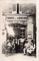 CARTE PHOTO A Localiser - Tabacs Et Liqueurs - Pubs : Picon, Byrrh, Mandarin, Berger..  (56482) - Fotografia