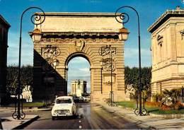 [34] Hérault > MONTPELLIER  L'Arc De Triomphe  (auto Voiture RENAULT 4 L 4L)*PRIX FIXE - Montpellier