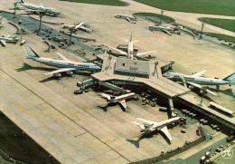 CPM AVION  , Aeroport De Paris Orly , Le Satellite Est Avec Le Boeing 747 Air France - 1946-....: Era Moderna