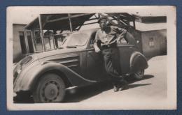 PHOTOGRAPHIE ORIGINALE ANCIENNE HOMME DEVANT UNE AUTOMOBILE PEUGEOT 302 - 11.4 X 7.1 Cm +- - Automobile