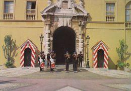 Cp , MONACO , Le Palais, La Relève De La Garde (tenue D'hiver) - Monaco
