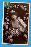 Femme  Dans Un Médaillon De Fleurs - Frauen