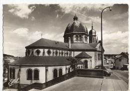CREUTZWALD. - L'Eglise. 2CV Stationnée . CPM Dentelée - Creutzwald