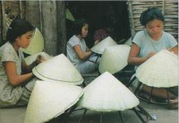 CPA 1357 CPM VIETNAM Viet Nam Famous Scenic Spots Site Renommé Confection Metier Fabrication Artisanat Chapeaux Coniques - Viêt-Nam