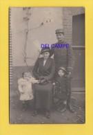CPA Photo - POISSY - Officier Poilu Du 67e Régiment Et Sa Famille - Novembre 1914 - Voir Casquette Et Uniforme  - WW1 - Militaria