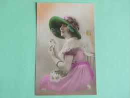 Jeune Femme Avec Une Belle Robe Rose Et Un Chapeau Vert Et Rose - Femmes