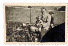 """PHOTO ORIGINALE Dentelée Année 1947 TOURCOING : """" Un Père Et Ses Enfants à Identifier Sur Une Vieille Moto """" - Non Classés"""
