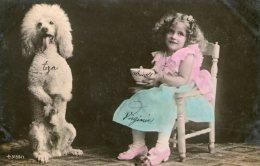 Jolie Petite Fille Assise Sur Sa Chaise à Côté De Son Chien Caniche - - Zonder Classificatie