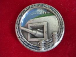 INSIGNE LIGNE MAGINOT ON NE PASSE PAS METAL PEINT ARGENTE - Army