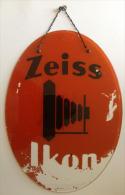 ZEISS IKON - Plaque Publicitaire En Verre - 34x46 - Manque Peinture Fond Rouge - Matériel & Accessoires